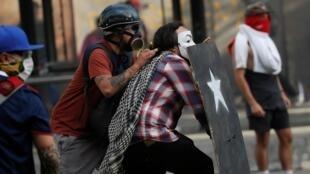 Người biểu tình Chilê vẫn chiếm đóng đường phố thủ đô Santiago trong ngày 29/10/2019.