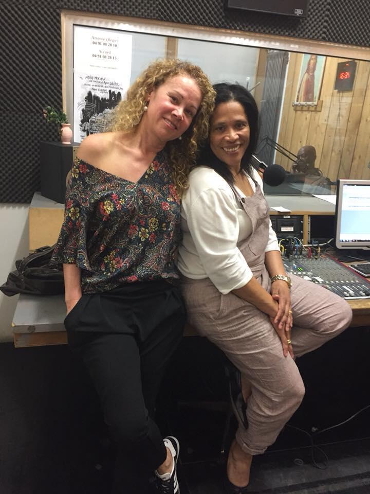"""Nerina Pereira e Elsa Soares, apresentadoras do programa """"Voz de Cabo Verde"""" na Radio Galère de Marselha"""
