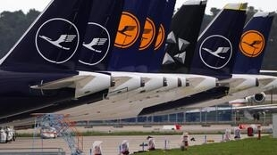 Des avions de la compagnie Lufthansa, dans le nouvel aéroport berlinois 'Willy Brandt', à Schoenefeld, le 29 octobre 2020.