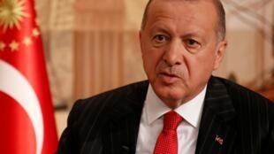 Presidente turco, Erdogan, ataca curdos na Síria e ameaça Europa com refugiados