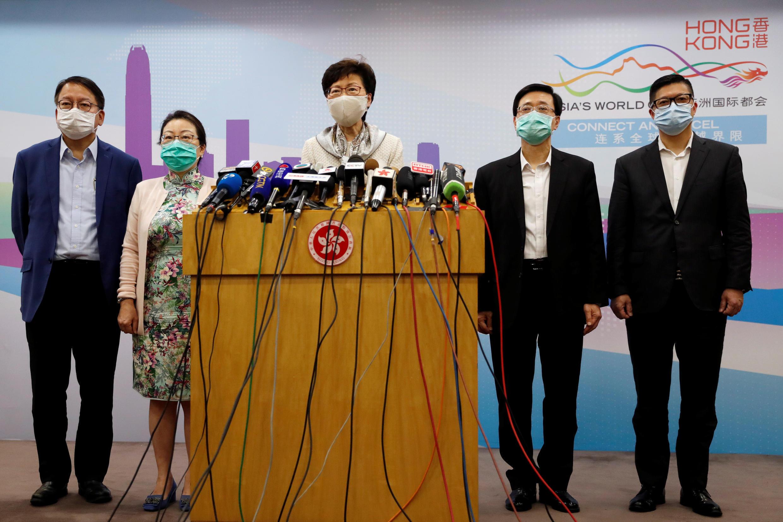2020年6月3日,香港特首林鄭月娥與律政司司長鄭若驊(左二)、保安局局長李家超(右二)、警務處處長鄧炳強(右)及特首辦公室主任陳國基(左)在北京共同出席記者會。
