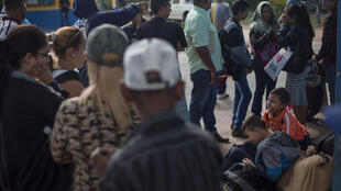 Des Vénézueliens en attente de pouvoir passer la frontière avec le Brésil, le 28 février 2018 à Pacaraima, dans l'Etat de Roraima.