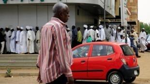 صف طولانی ساکنان پایتخت سودان در مقابل بانک اسلامی فیصل. خارطوم - سهشنبه ٢١ خرداد/ ١١ ژوئن ٢٠۱٩