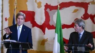 O secretário de Estado norte-americano, John Kerry (E), e o ministro das Relações Exteriores italiano, Paolo Gentiloni, em Roma, nesta terça-feira (2).