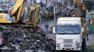 Les tonnes de déchets amoncelées depuis l'été 2015 au Liban ont commencé à être enlevées le 19 mars 2016.