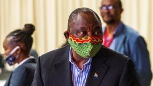 Rais wa Afrika Kusini Cyril Ramaphosa wakati wa mgogoro wa kafya ykatika kituo cha maonyesho kinachowapokea wagonjwa huko Johannesburg Aprili 24.