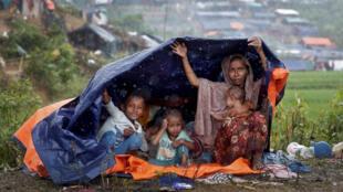 Thảm cảnh của người Rohingya : Mấy mẹ con trú mưa, Cox's Bazar, biên giới Miến Điện Bangladesh. Ảnh ngày 17/09/2017.