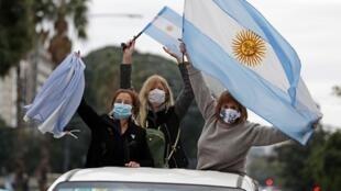 Manifestantes argentinos em carreata contra o confinamento, em Buenos Aires, em 20 de junho de 2020.