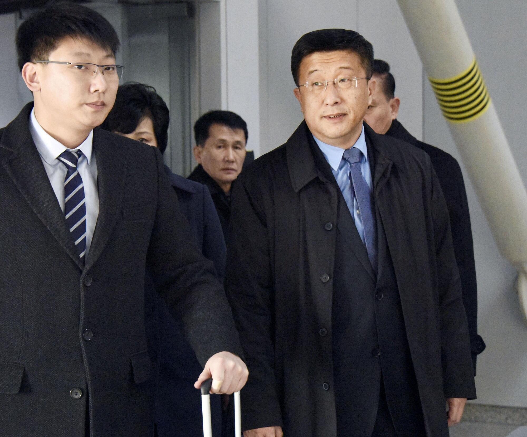 Ông Kim Hyok Chol (P), đặc sứ BTT về Hoa Kỳ, tại sân bay quốc tế Bắc Kinh, trên đường đến Hà Nội, ngày 19/02/2019.