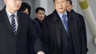 朝鲜驻西班牙前大使金赫澈(Kim Hyok Chol右)现为对美谈判特使(右)2019年2月19日北京首都机场