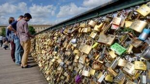 """Heavy """"love locks"""" weigh down Paris' Pont des Arts"""