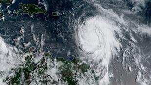 """تصویر ماهوارهای از طوفان """"ماریا"""" که  در روز دوشنبه ٢٧ شهریور/ ١٨سپتامبر، توسط مرکز ملی مطالعات جوی و اقیانوسها """"National Oceanic and Atmospheric Administration"""" NOAA  در آمریکا منتشر شده است."""