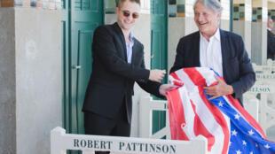 L'acteur américain Robert Pattinson découvre son nom sur la barrière de plage de la Promenade des Planches avec Philippe Augier, le maire de Deauville, en France, le 2 septembre 2017.