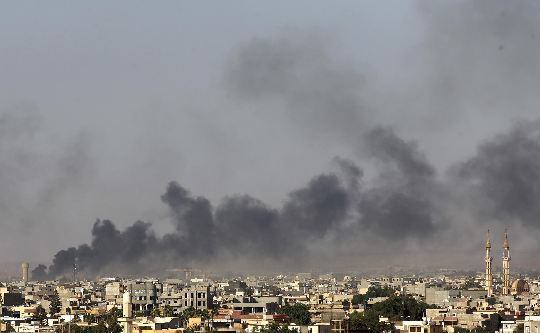 Черный дым над Бенгази во время столкновений армии с повстанцами, 26 июля 2014 г.