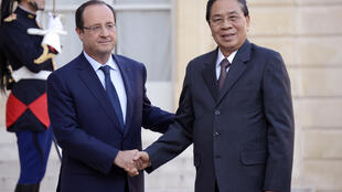 French President François Hollande (L) with Laotian President Choummaly Sayasone at the Elysée Palace