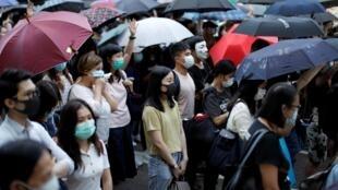 Manifestantes antigoverno se reúnem no centro de Hong Kong nesta sexta-feira (4).