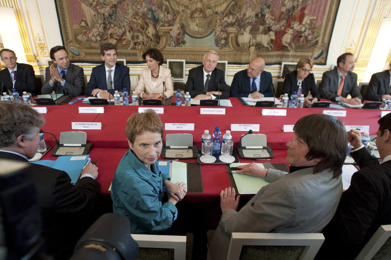 Laurence Parisot, do Medef, e Bernard Thibault da CGT durante encontro com o Primeiro-ministro Jean-Marc Ayrault em 5 de junho 2012.