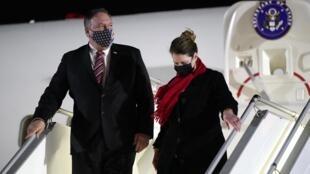 Le secrétaire d'État américain Mike Pompeo et son épouse Susan à leur descente d'avion à l'aéroport de Tbilissi, le 17 novembre 2020.