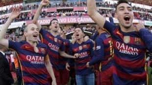 Los jugadores del FC Barcelona celebrando su título liguero, conseguido en el campo del Granada el 14 de mayo de 2016.