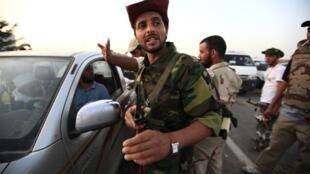 利比亞反對派武裝把守班尼瓦利德鎮外圍。