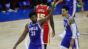 Le N.21 des Sixers Joel Embiid a inscrit 40 points contre les Atlanta Hawks, le 8 juin 2021 à Philadelphie lors du match 2 des demi-finales de conférence est de NBA