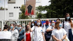 Protestos saude 2020-06-16T110244Z_685493221_RC2BAH9EU040_RTRMADP_3_HEALTH-CORONAVIRUS-FRANCE-HEALTH