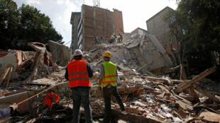 Rescatistas frente a un edificio colapsado en la Ciudad de México, luego del sismo del 19 de septiembre, 2017.