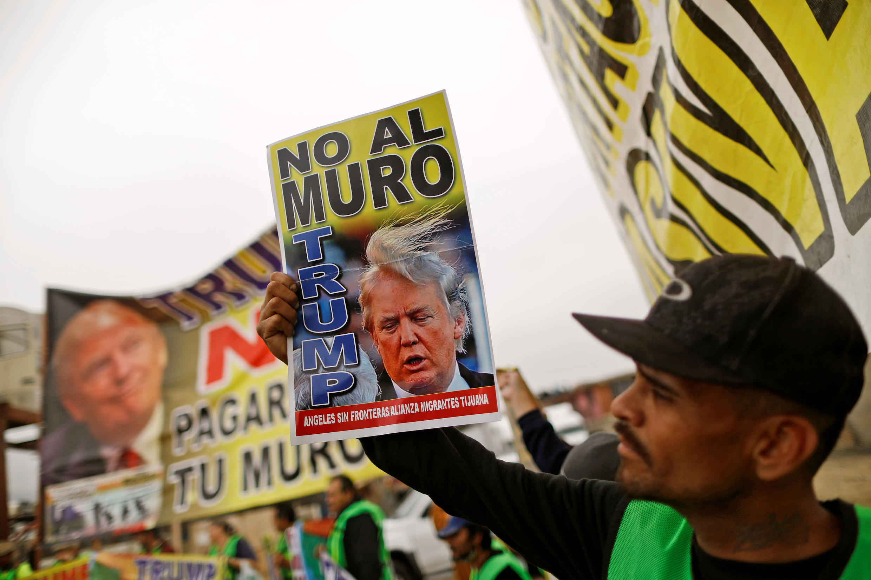 Ảnh minh họa : Biểu tình ở Tijuana, Mêhicô, chống xây bức tường ở biên giới với Mỹ. Ảnh 13/03/2018.
