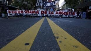 La elección de Obama de visitar Argentina coincidiendo con el aniversario del golpe militar fue rechazada por algunos grupos de DDHH.