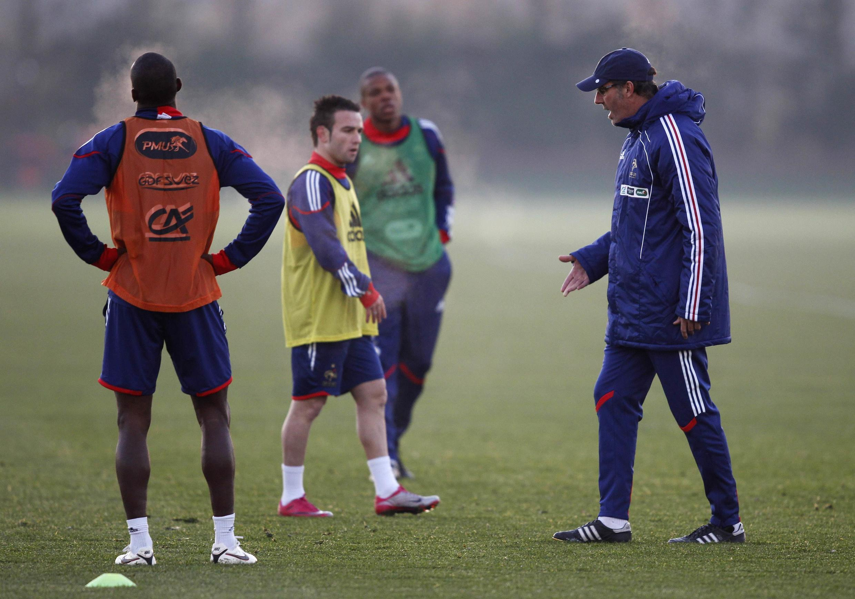 O técnico da equipe francesa, Laurent Blanc (a direita), durante treino em Londres.