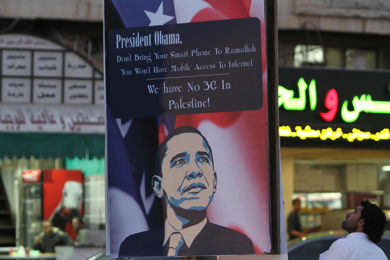 Campagne d'affichage organisée quelques jours avant la visite officielle d'Obama en 2013. «Président Obama, pas la peine d'apporter votre smartphone à Ramallah. Vous n'aurez pas accès à l'internet mobile. Nous n'avons pas la 3G en Palestine»