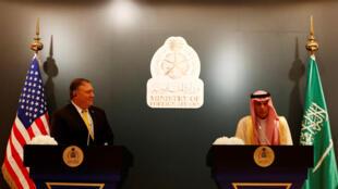 Ngoại trưởng Mỹ Mike Pompeo (T) và đồng nhiệm Ả Rập Xê Út Adel Al Jubeir họp báo chung tại Riyad, ngày 29/04/2018.