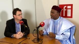 Shugaban Nijar Mahamadou Issoufou, tare da Christophe Boisbouvier, na RFI a dakin watsa shirye shiryen Rediyo Faransa a Paris