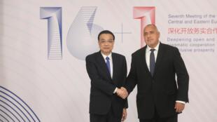 2018年7月7日中国总理李克强与保加利亚总理鲍里索夫在索菲亚16+1峰会上握手。