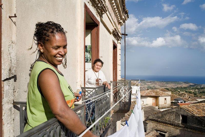 A Riace, l'association la Cité du futur accueille les migrants et les installe dans les maisons abandonnées.