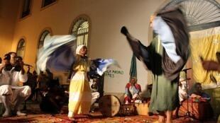 Le stambali est rite de possession mêlant musique, danse et chants.