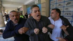 یک روز پس از تظاهرات دهها مخالف دولت آذربایجان در باکو، پایتخت این کشور، علی کریملی (نفر وسط) رهبر حزب «جبهه خلق جمهوری آذربایجان»، آزاد شد.