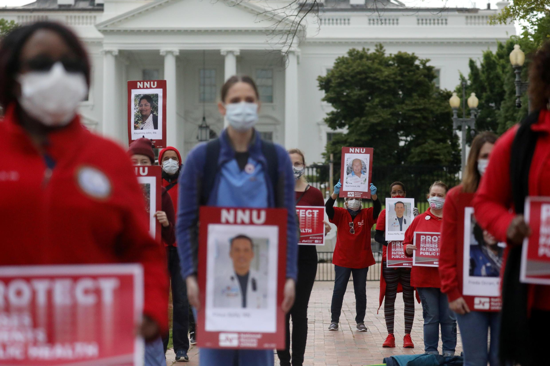 Представители профсоюза медсестер США проводят митинг перед Белым домом от имени медицинских работников, инфицированных COVID-19, и призывают администрацию Трампа улучшить обеспечение больниц средствами индивидуальной защиты. 21.04. 2020.