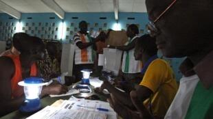 Opération de vote à Gagnoa, dans l'ouest de la Côte d'Ivoire, en novembre 2010.