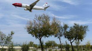"""Un avión de la aerolínea """"Norwegian"""" antes del aterrizaje en el aeropuerto de Barcelona, en España, el 6 de junio de 2016"""