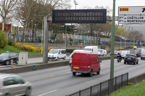 El 17 de marzo pasado se aplicó el tránsito automovilístico alternado en París: el cartel de la autopista periférica indica que los vehículos con placas terminadas en números pares no pueden circular.