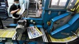 Un empleado supervisa la impresión del diario prodemocracia Apple Daily, el 11 de mayo de 2021 en Hong Kong