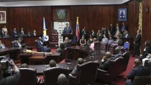 O presidente da Venezuela, Nicolas Maduro (C), durante uma sessão especial no Parlamento, no dia 17 de outubro de 2015.