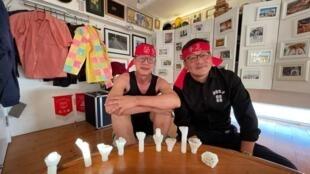 """香港視覺藝術家黃國才(左)和香港Chickeeduck負責人周小龍先生,桌上是維園六四""""歷史蠟燭"""","""