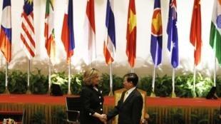 Chủ tịch nước Việt Nam Nguyễn Minh Triết đón chào Ngoại trưởng Mỹ Hillary Clinton đến dự Hội nghị Thượng đỉnh Đông Á tai Hà Nội ngày 30/10/2010