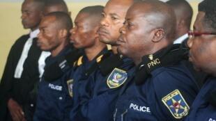 L'ancien chef de la police nationale John Numbi (deuxième en partant de la droite), lors de sa comparution devant la justice le 21 janvier 2011.