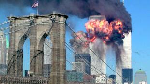 As Torres Gêmeas em chamas, no dia 11/09/2001.