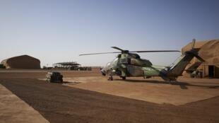 Un «Tigre» de combat à Gao. Les hélicoptères restent une des principales ressources en transport rapide de la force Barkhane pour le déploiement d'opérations spéciales.