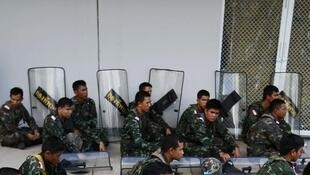 Des militaires sont regroupés dans le centre de Bangkok, le 21 mai 2014.