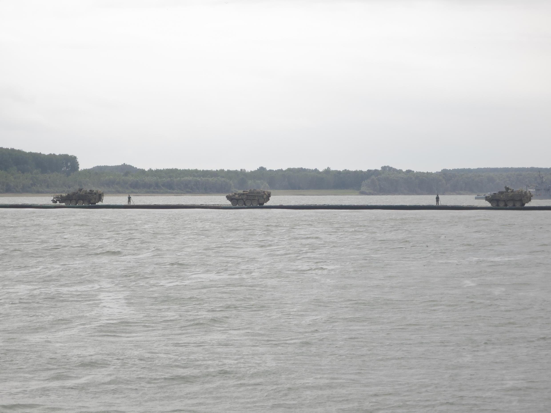 Blindés américains « Striker » du Second Cavalry Regiment passant le Danube à Bordusani durant l'exercice Saber Guardian 2017.